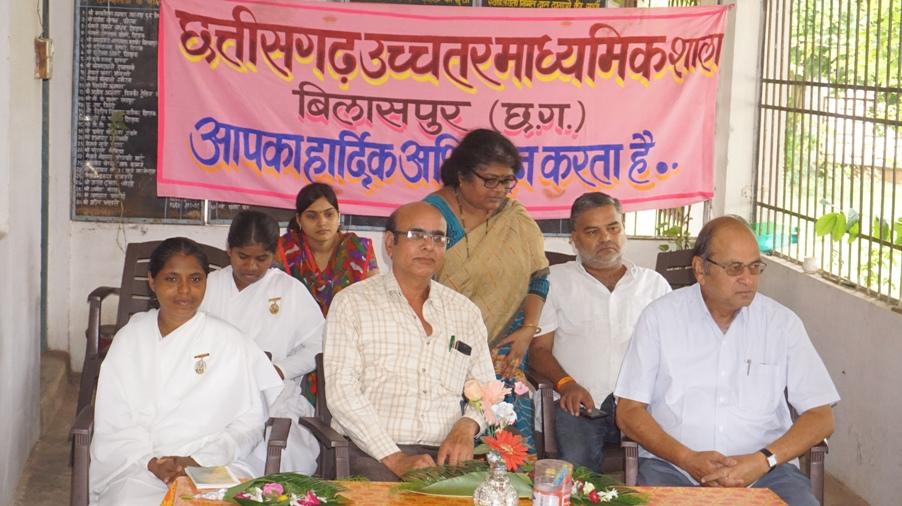 Karyakram Me Upasthit Shashi Bn, Purnima Bn Sath Me School K Pracharya Sushil Tiwari & School Upadhyakchha Anand Murti Agrawal & Upasthit Shikshak