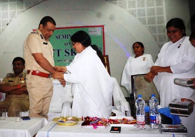 02 To Sr. Chief security Commissioner RS Chauhan Ko Manju DDG Rakhi Bandhte Huye & Sath Me Rakhi Bn (3)
