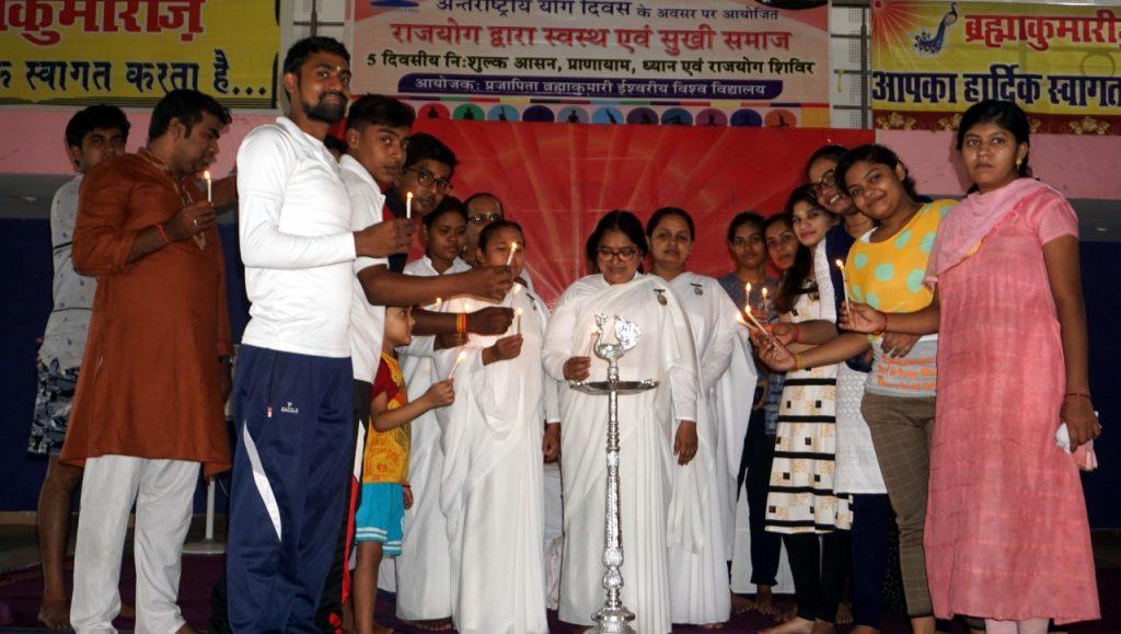 युवाओं ने दीप जलाकर किया पांच दिवसीय युवा संस्कार षिविर का शुभारम्भ
